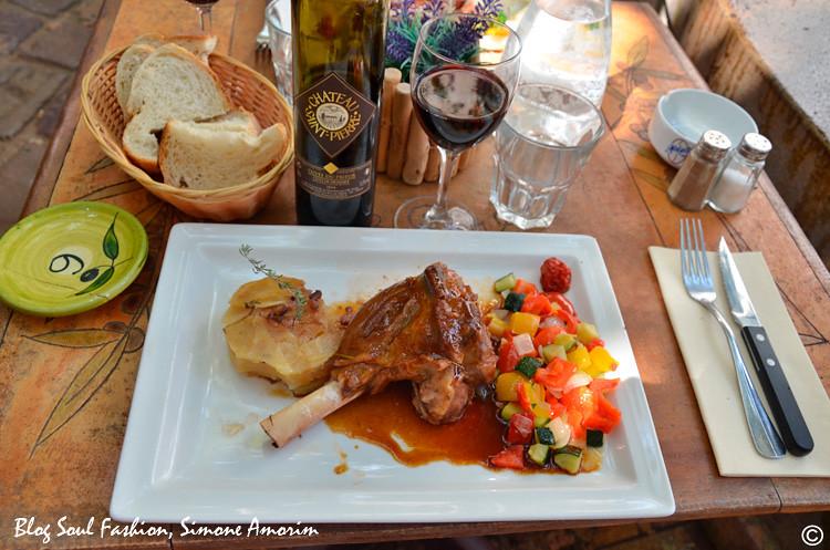 Já o meu marido escolheu o carneiro com verduras e batatas. O menu ainda conta com saladas e peixes. Todos elaborados com produtos frescos da estação