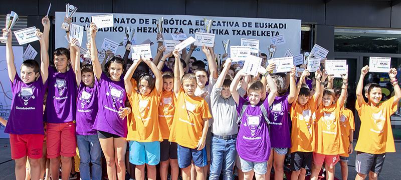 Imagen de los/as ganadores/as de la II edici�n de Gazte Robotika