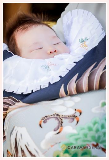 お宮参りの最中に眠る赤ちゃん