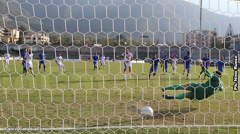 Il portiere Galli battuto da un rigore di Curiale nella gara d'andata, vinta dai rossazzurri per 4-2