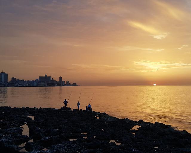 Atardecer en La Habana junto a pescadores
