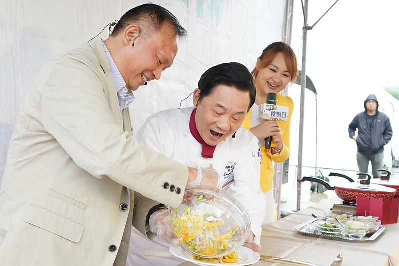 農委會主委林聰賢(左)與知名主廚阿基師(右),在活動現場以秋季盛產的柿子、柚子跟絲瓜入菜,共同烹調出當令的好料理。照片提供:農委會。