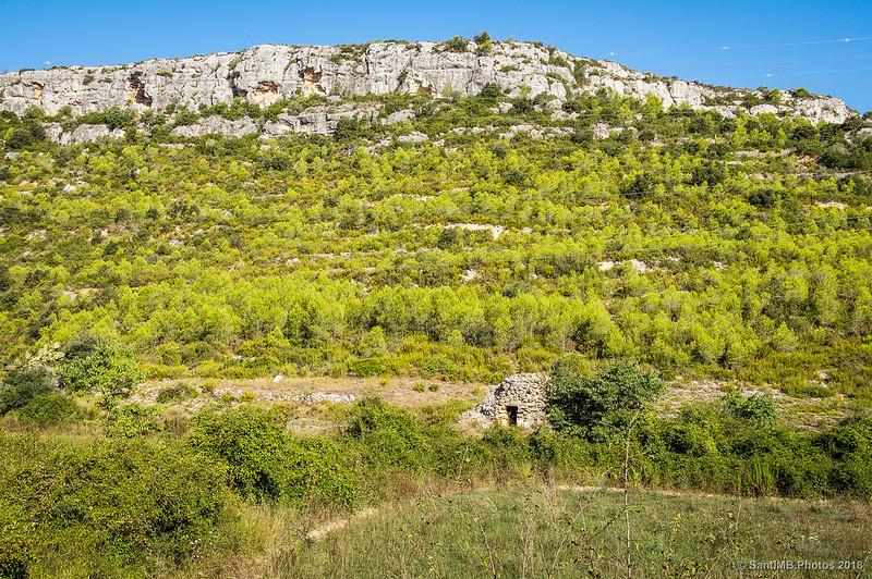 Barraca de vinya y las rocas de l'Abril de la Font de l'Amelltó