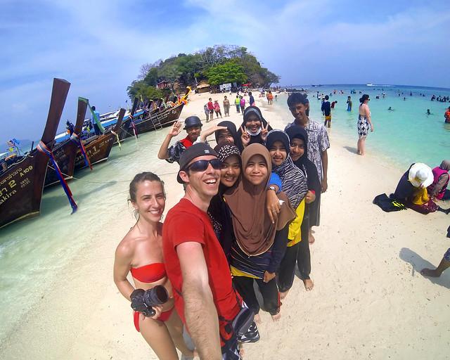 Todos juntos de excursión por Tailandia en una de sus islas