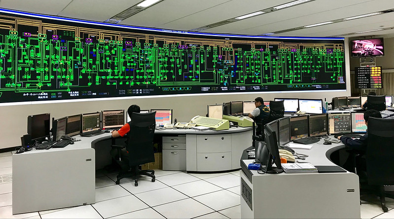 台電電力調度室工作人員隨時掌握電力來源。圖片提供:台電