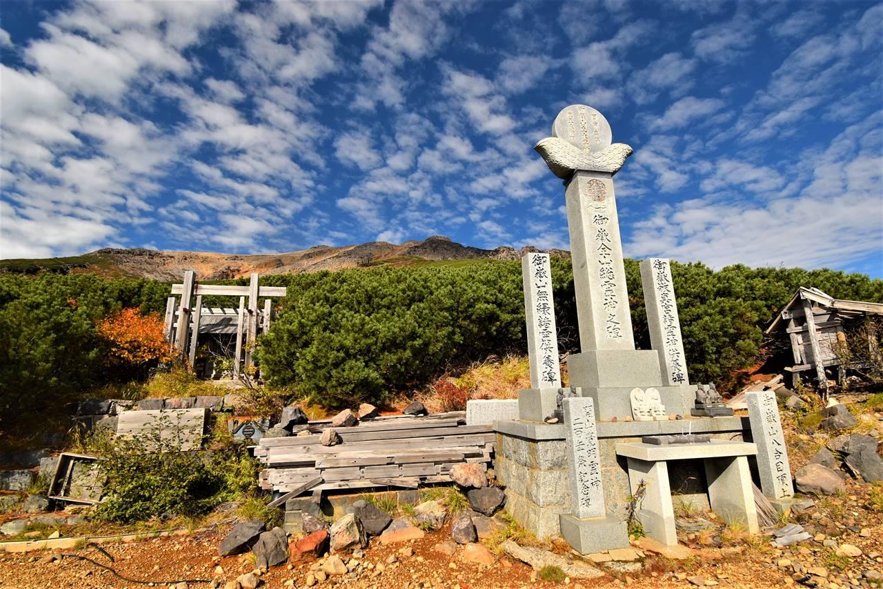 御嶽山登山道の慰霊碑