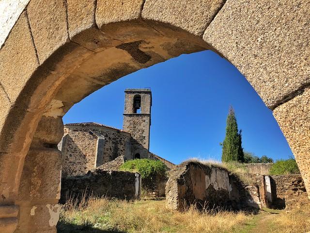 Imagen de Granadilla (Cáceres) con su iglesia al fondo