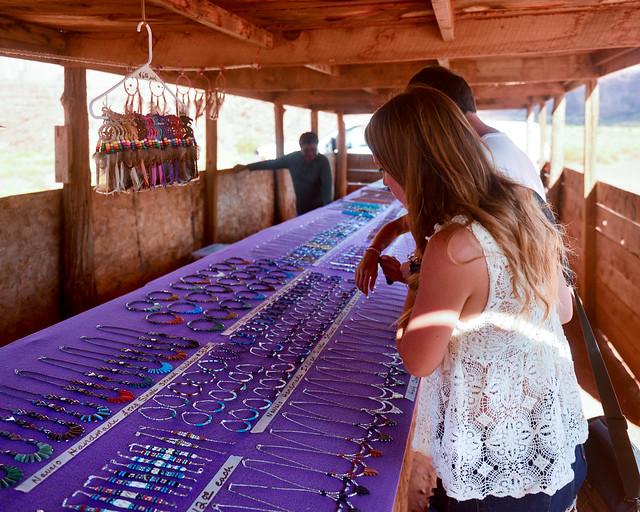 Mirando piedras preciosas de los indios navajos
