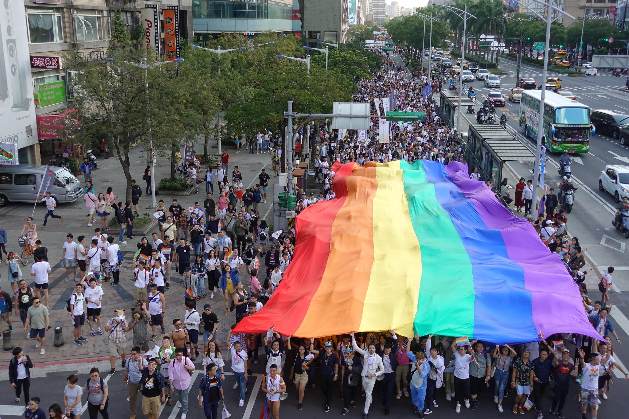 同志遊行中的大面彩虹旗。(攝影:張智琦)