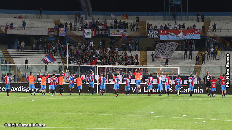 La corsa sotto la Sud al termine del match con la Vibonese