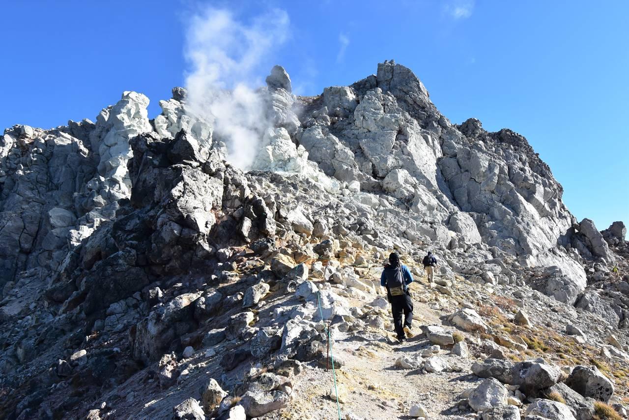 噴煙を上げる焼岳北峰