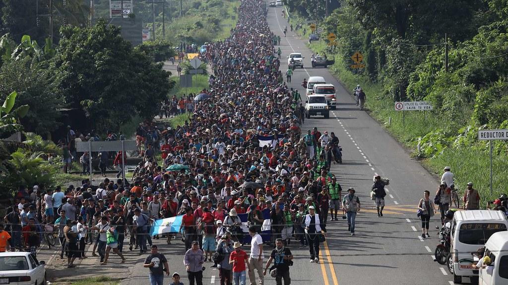 由宏都拉斯出發的大篷車難民潮,至墨西哥邊境時,人數已增加至5千多人。(圖片來源:John Moore/Getty Images)
