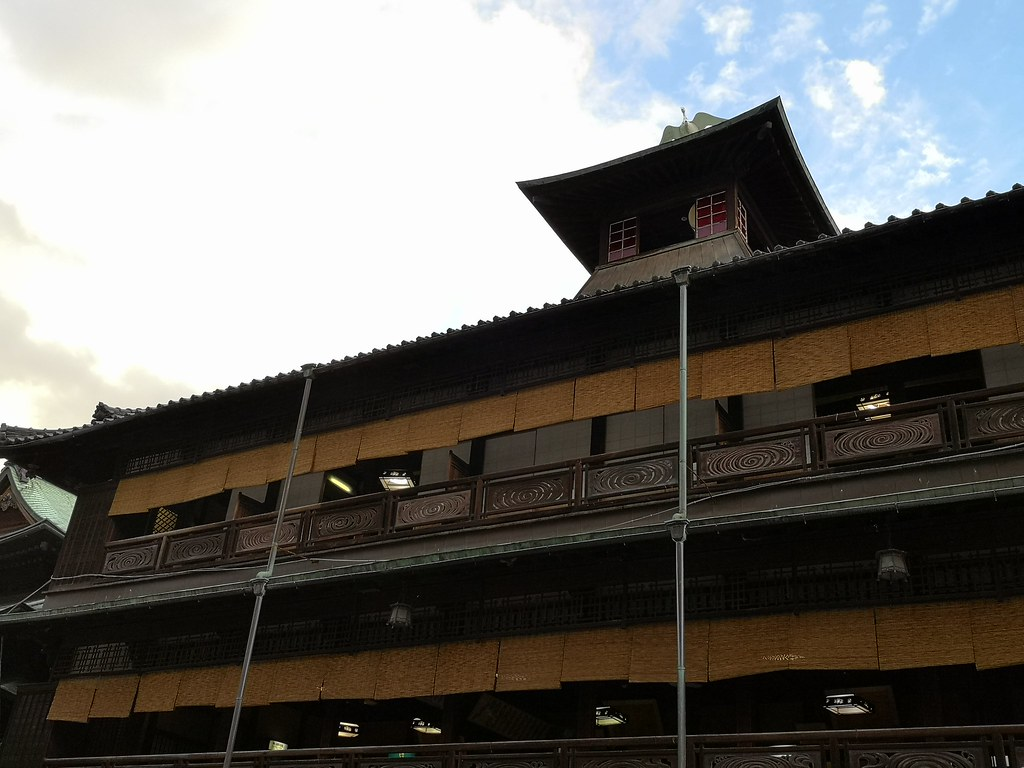 According to tradition, a large drum inside the red room at the top of the Dogo Onsen Main Building is sounded at six-hour intervals to report the time.