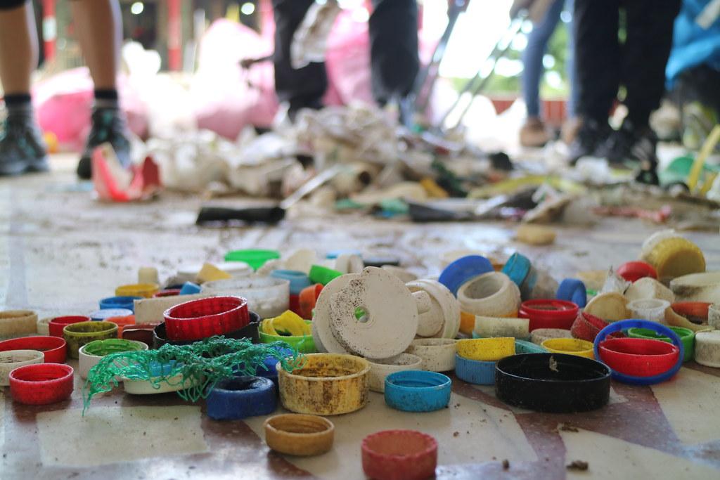 當日(10月3日)最大宗的垃圾為塑膠瓶蓋,一小時就撿到1164個。(攝影:吳宜靜)