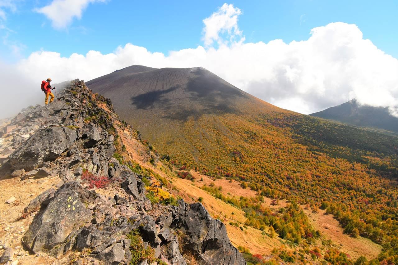外輪山の稜線から眺める浅間山と紅葉