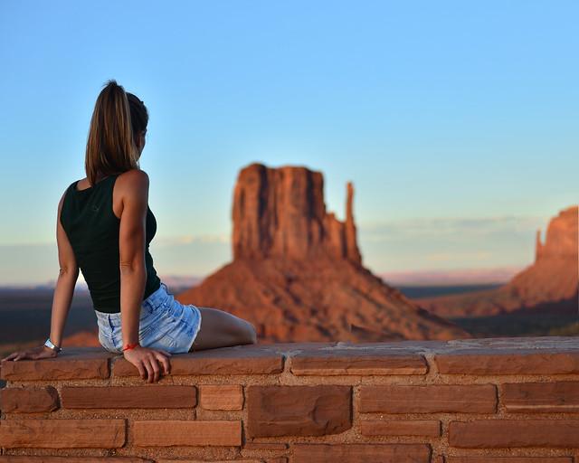 Esperando la caída del sol de Monument Valley