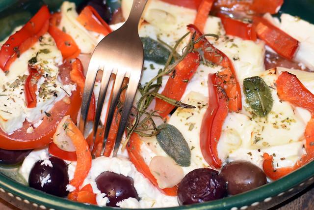 """Herbstgericht """"Schafskäse aus dem Backofen"""" (Paprika, Tomaten, Oliven, Zwiebeln, Knoblauch, Kräuter) ... Foto: Brigitte Stolle 2018"""