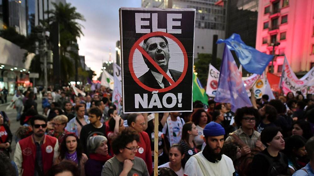 示威者走上巴西聖保羅街頭,反對極右翼總統候選人博爾索納羅(圖片來源:Nelson Almedia/AFP)