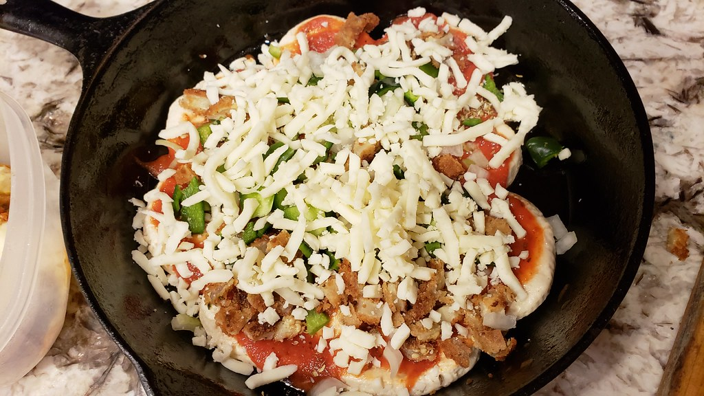 Easy Veggie Pizza 31011162598_4c12ce3481_b