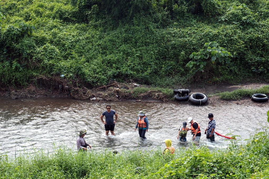打滂仔的過程中認識河流的生態和文化。攝影:李育琴