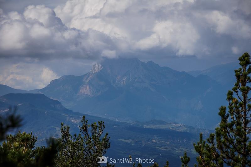 Pedraforca cubierto de nubes desde el GR-4