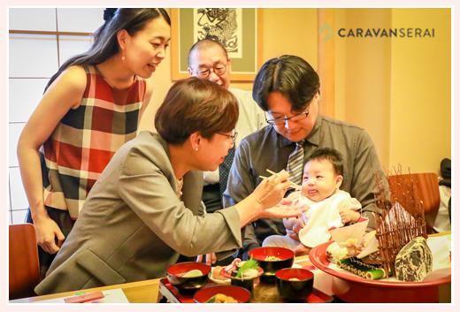 お食い初めは、赤ちゃんと同姓の一番年長者が食べさせる