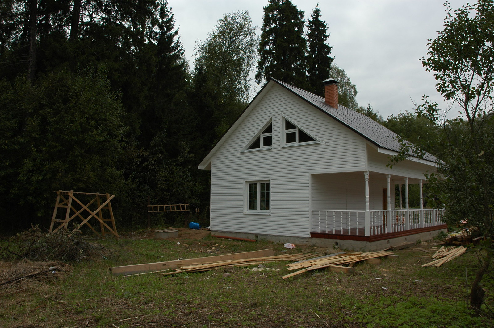 Общий вид дома из бруса на сам лес