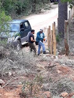 Opérations sur la partie délicate en pente de la clôture