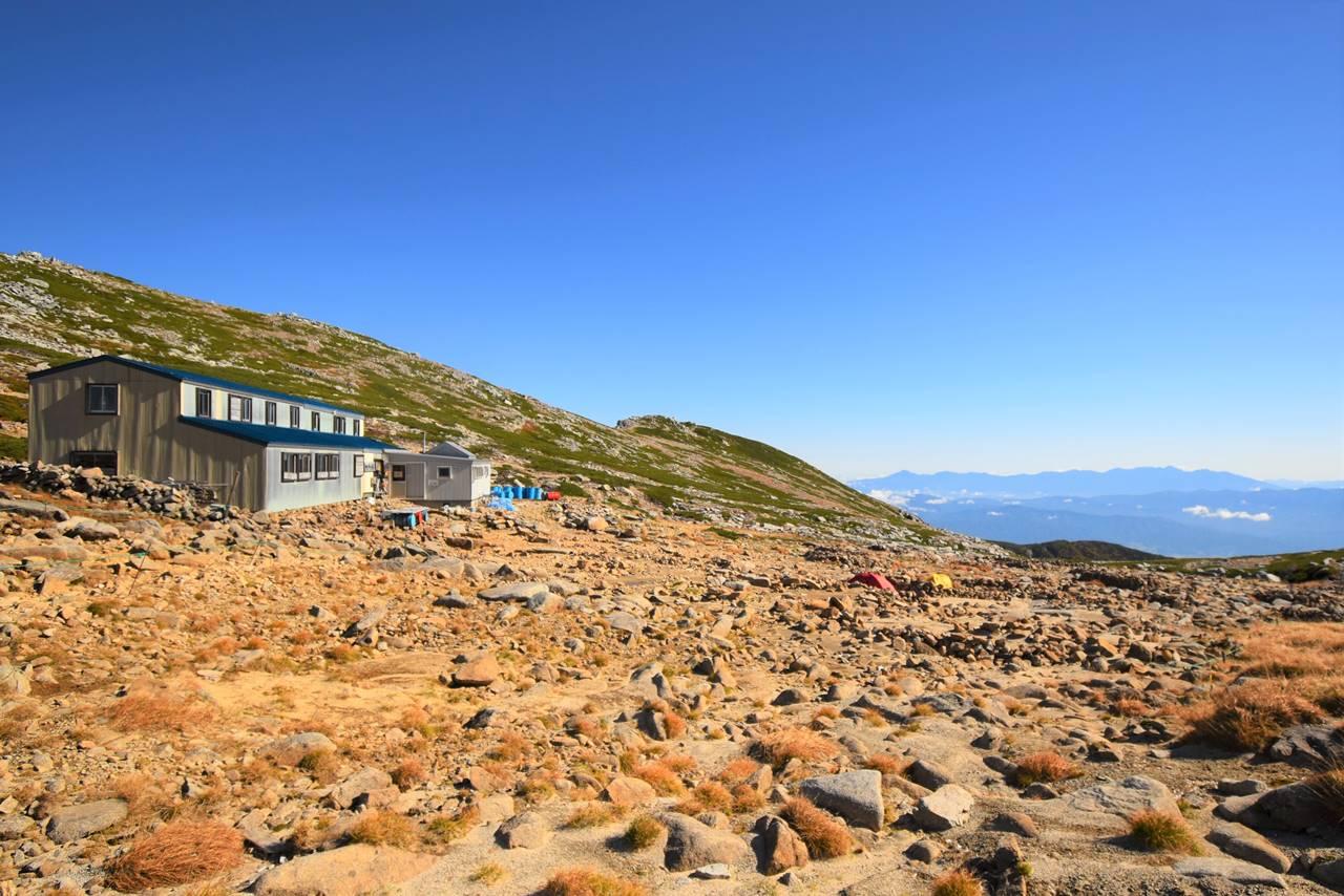 駒ヶ岳頂上山荘とテント場