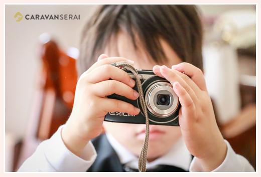 カメラで写真を撮る男の子