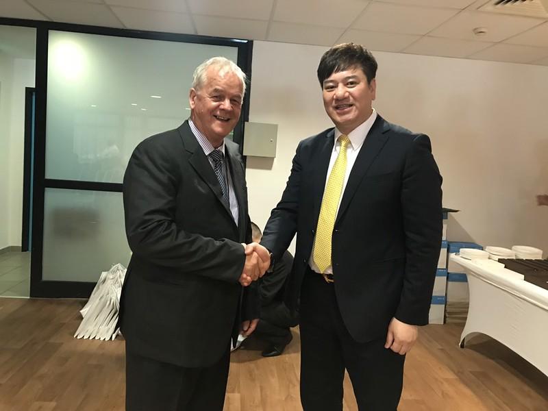 世界飛鏢總會主席Bill Hatter(左)與中華民國競技飛鏢總會創辦人郭金耀。(飛鏢總會提供)