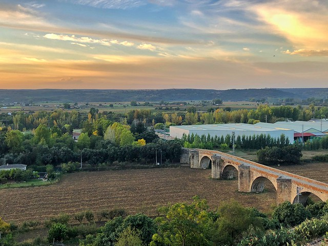 Valle del Alagón y puente de piedra desde el mirador de la catedral de Coria