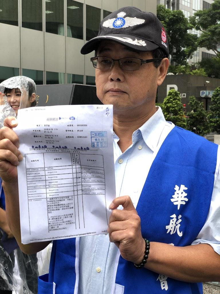 易湘岳出示他在三軍總醫院檢測通過的報告。(攝影:王顥中)
