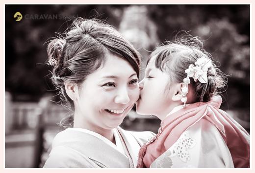 七五三 岐阜護国神社でロケーションフォト ママにキスする3歳の女の子
