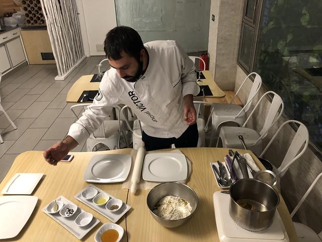Víctor Encinal cocinando dulces en el Mesón San Juan (Coria, Cáceres)