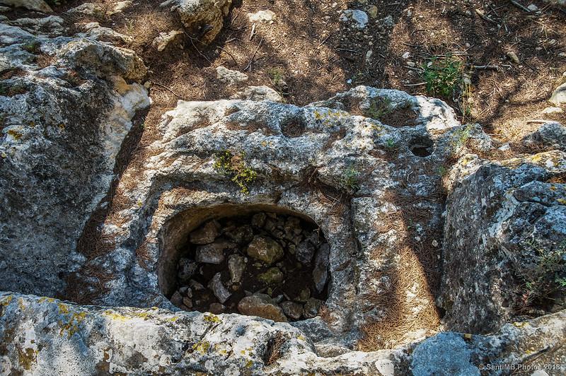 Agujero en la roca en el Pla dels Albats