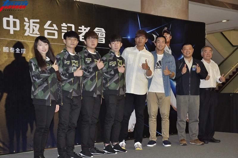 電競隊伍ONE Team(左1至左4)與曾仁和(右3)一同出席王維中記者會。(張哲郢/攝)