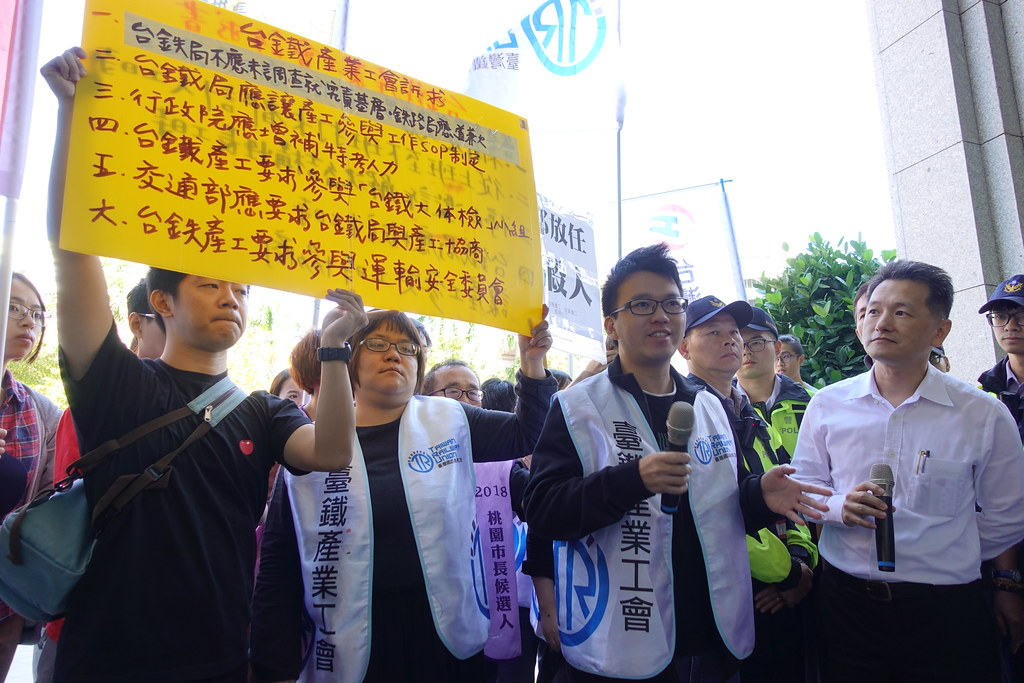 路政司科長(右)出面承諾兩周內以公文回覆台鐵產工訴求,工會強調「若還是敷衍,我們還會再來」。(攝影:張智琦)