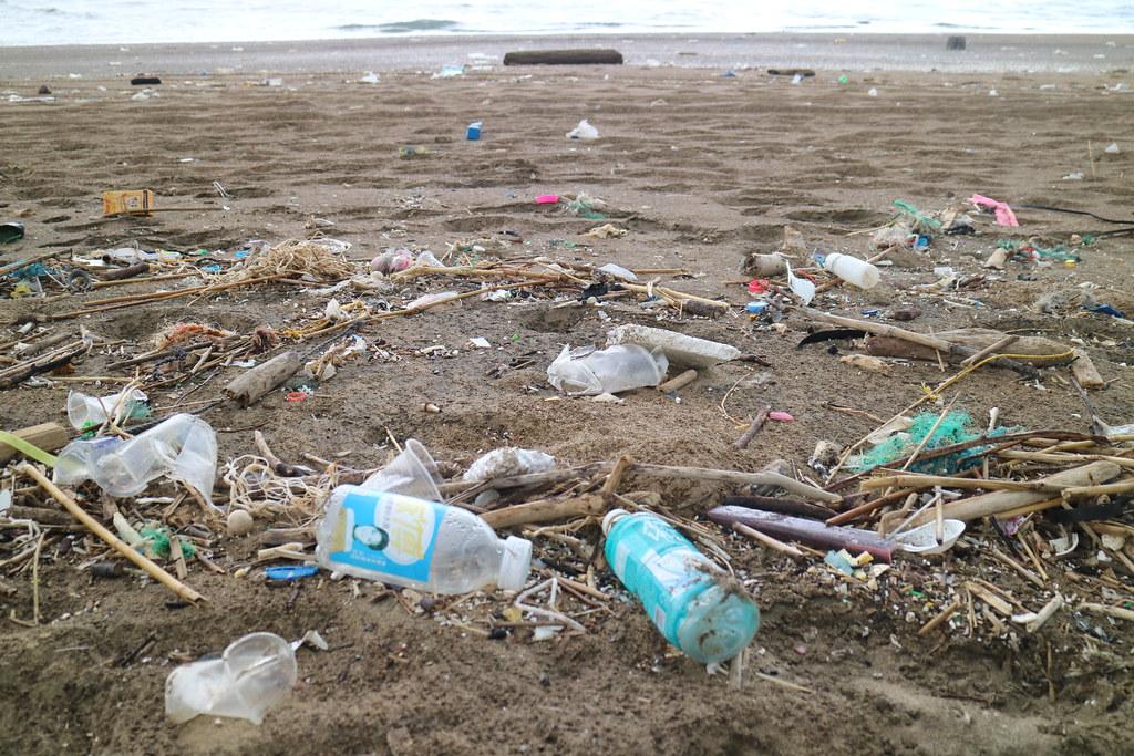 正值颱風季,沙灘上的垃圾數量驚人,(攝影:吳宜靜)