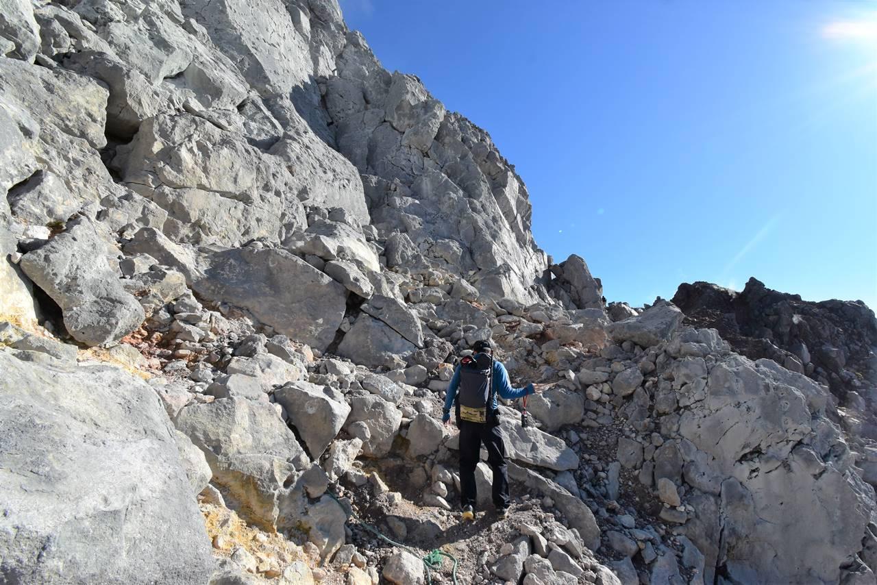 焼岳山頂直下の岩場