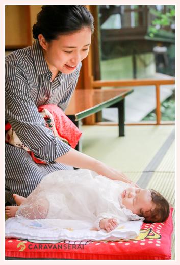 眠る赤ちゃんにそっと触れるママ(母)