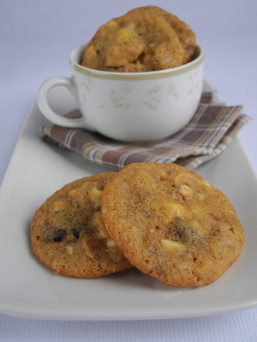 Cherry, cashew and white chocolate chunk cookies / Cookies de chocolate branco, castanha de caju e cerejas secas | by Patricia Scarpin