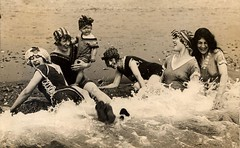 Vrouwen in de branding / Women having fun in the sea | by Nationaal Archief