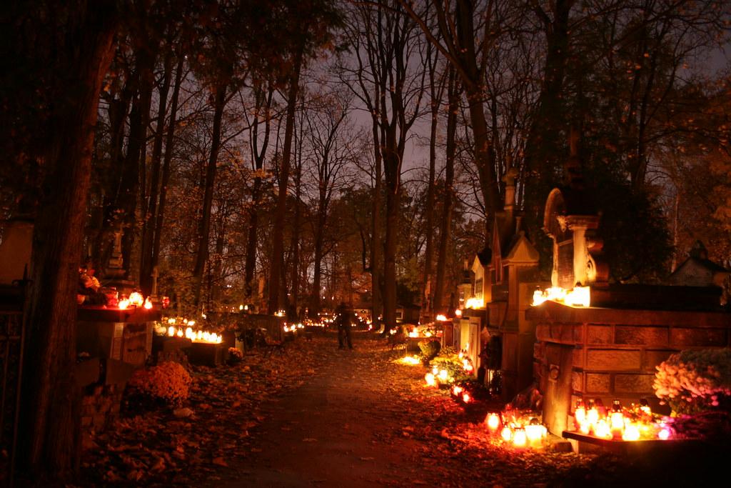 Cimetière Rakowicki à Cracovie pendant la fête de la Toussaint -Photo de Radek Piekarz @ Flickr
