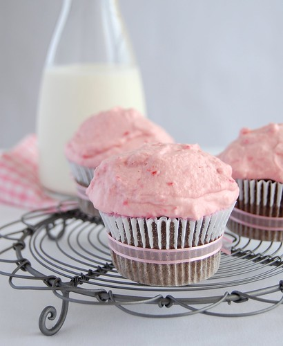 Chocolate-mayonnaise cupcakes with raspberry cream / Cupcakes de chocolate e maionese com chantilly de framboesa | by Patricia Scarpin