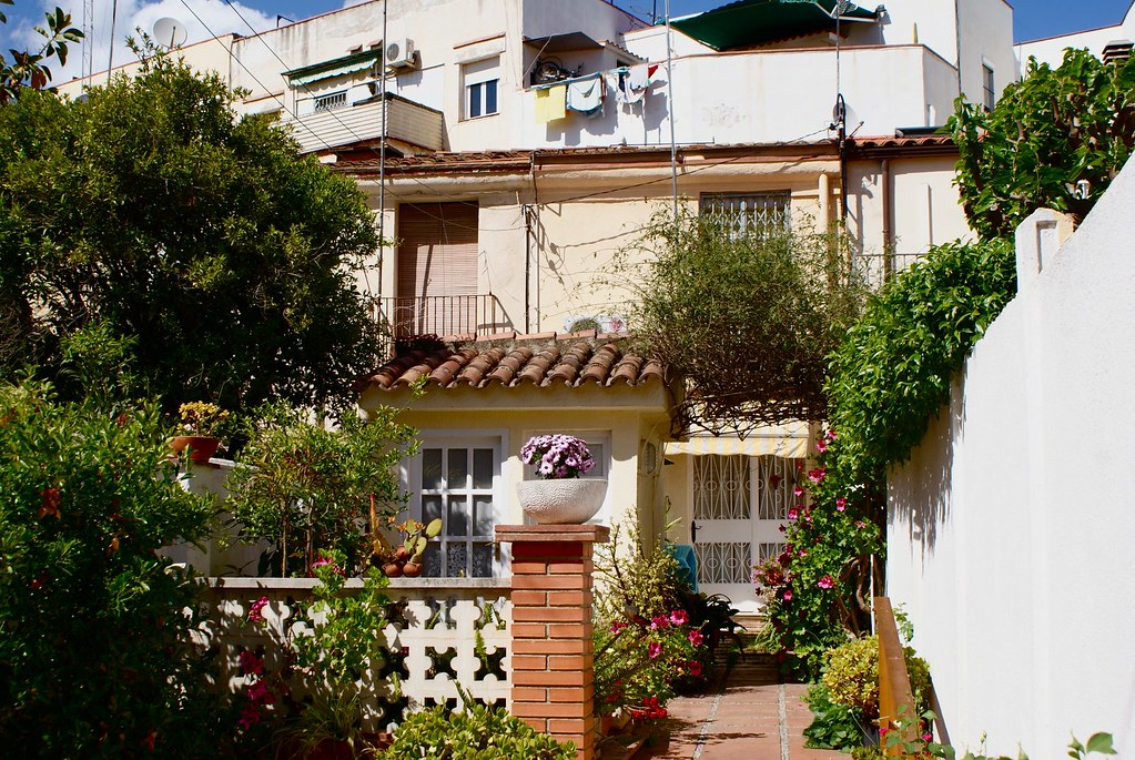 > Les habitations à Horta sont assez variées, les petites maisons cohabitent avec des bâtiments plus hauts.