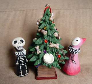 Skelly and Sakura decorate Spot's tree | by fondofsnape