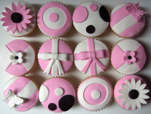 Pink And White Quot Model Quot Cupcakes Pink And White Fondant