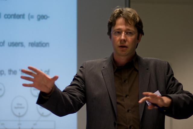 Piet Ballon presenting
