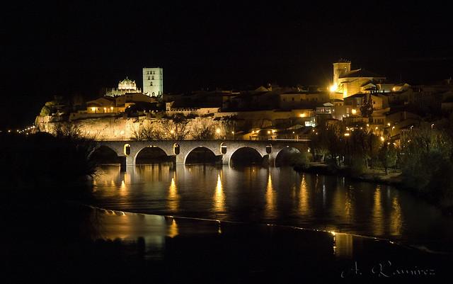 Zamora De Noche Vista Del Puente De Piedra Cimborrio Y